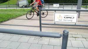 Die Umlaufsperre an der Cosimastraße auf Höhe des Salzsenderwegs über die Straßenbahn-schienen der Linie St. Emmeram wird nicht verbreitet. Auch eine zweite Einrichtung lehnt die Stadt ab.     Foto: hgb