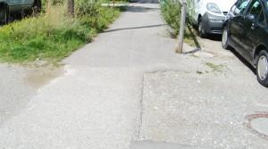 Die holprige, sich neigende Gehbahn am Hochstiftsweg muss endlich gerichtet werden – das fordert der Bezirksausschuss von der Stadt.  Foto: hgb