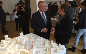Innen-, Bau- und Verkehrsminister Joachim Herrmann im Gespräch mit dem ersten Preisgewinner für das Konzerthaus (totes Oval im Modell), Architekt Nachbaur.   Foto hgb
