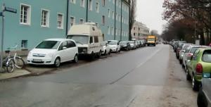 Autos soweit das Auge reicht: Einen Stellplatz in der Parkstadt Bogenhausen zu finden, ist jederzeit extrem schwierig, wie beispielsweise hier in der Stuntzstraße. Doch die städtischen Bedingungen für eine Ausweisung als Parklizenzzone sind nicht erfüllt.      Foto: hgb