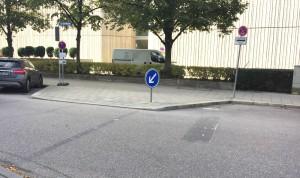 """Die nach Untersuchungen des Kreisverwaltungsreferats (KVR) überflüssige Ampel an der Ecke Arabellastraße/Rosenkavalierplatz wurde vor einem Jahr abgebaut. Jetzt fordert die Leitung des Westin-Hotels die Installierung einer neuen Ampel oder """"zumindest einen gekennzeichneten Fußgängerüberweg.""""      Foto: hgb"""