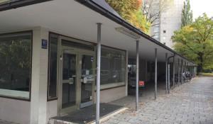 """Der Edeka-Markt an der Buschingstraße 67 in der Parkstadt Bogenhausen ist geschlossen, das Gebäude veräußert. Der Käufer wollte zunächst einen Kindergarten einrichten, verfolgt diesen Plan laut dem Referat für Bildung und Sport nunmehr """"nicht weiter"""". Was mit den Flächen geschieht, ist somit völlig offen.     Foto: hgb"""