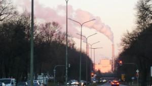 Standpunkt Effnerstraße: Das Heizkraftwerk (HKW) Nord, am Rand des Bogenhauser Stadtteils Oberföhring auf Flur der benachbarten Gemeinde Unterföhring gelegen, ist mit seinen Emissionen einer der größten Luftverpester Münchens. Foto: hgb