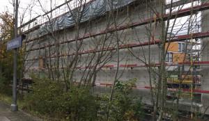 Blick auf die rund 200 Meter lange Lärmschutzwand entlang des S-Bahnhofs Englschalking für das künftige Viertel an der Barlowstraße .    Foto: hgb