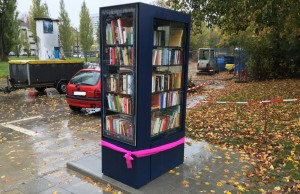 Kaum in Betrieb genommen, ist der offene Bücherschrank bereits bestens bestückt.     Foto: hgb