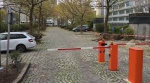 """Der fast leere, mit einer Schranke gesperrte Parkplatz des Umweltministeriums am Rosenkavalier-platz im Arabellapark an einem Samstag. Bei der Bürgerversammlung wurde (erneut) die Öffnung gefordert, dieses Mal """"außerhalb der Dienstzeiten"""".     Foto: hgb"""