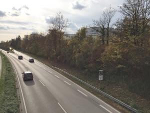 Blick von der Brücke über die Effnerstraße auf die Wohnblöcke an der Franz-Wolter-Straße, wo vor allem in den oberen Etagen die Bewohner unter dem Verkehrslärm leiden.    Foto: hgb