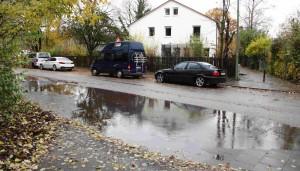 Stuntzstraße auf Höhe Hausnummer 57: Regenwasser sammelt sich, überflutete schon mehrfach Straße und Gehweg. Der Bezirksausschuss fordert von der Stadt, für einen Wasserablauf zu sorgen.   Foto: SPD-Antrag/Reindl